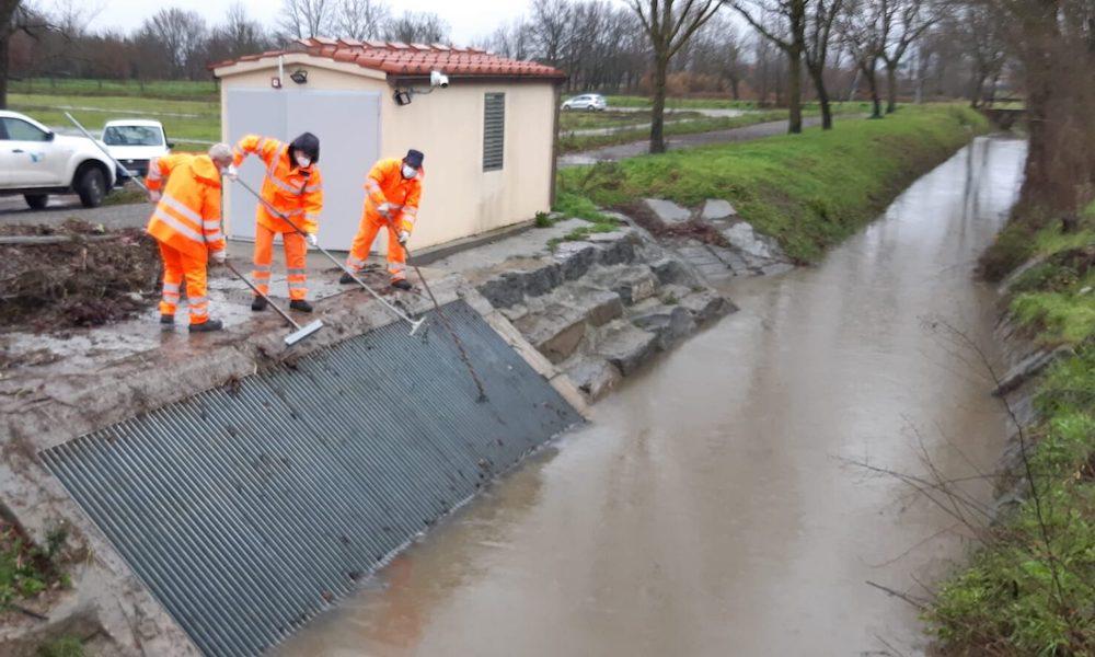 ntervento di pulizia delle griglie di imbocco alle pompe idrovore sul T. Senice e T. Quadrelli a Quarrata (PT)